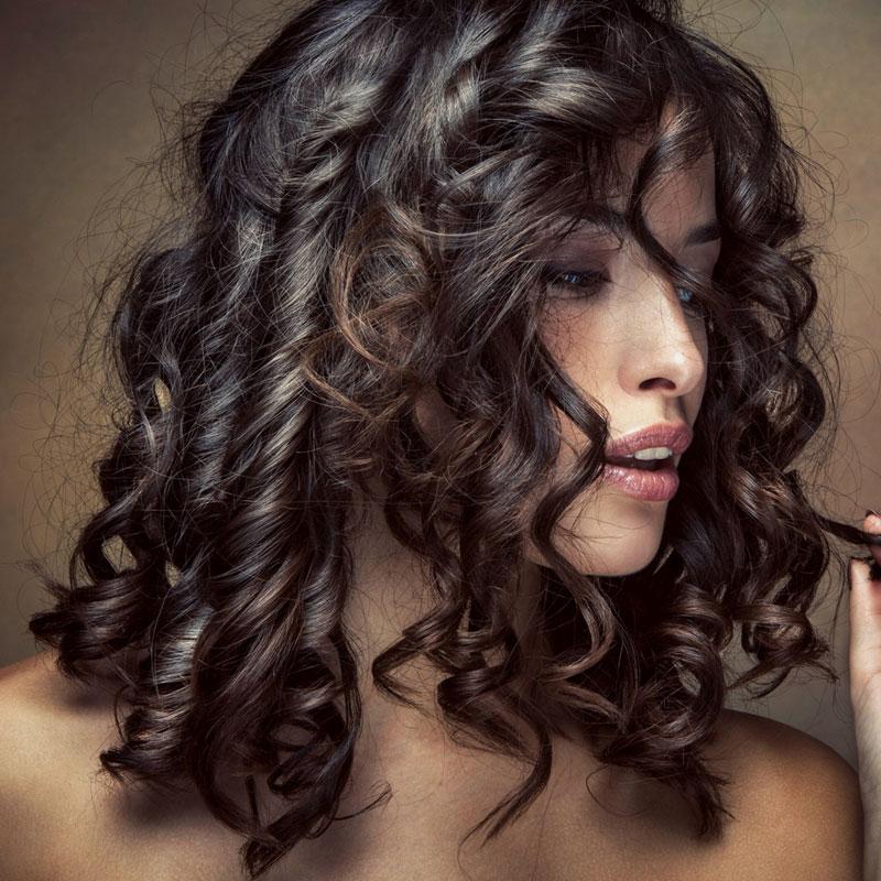 Schwarze Mittellange Haare Mit Locken Und Strähnchen Schwarze Haare
