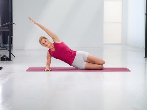 Diese Fitness-Übung Dr. Ulrich Strunz, kräftigt die gesamte Beinaußenseite, den Po, den seitlichen Rumpf mit Rücken und Bauch, Nacken und Schultern 1