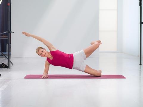 Diese Fitness-Übung Dr. Ulrich Strunz, kräftigt die gesamte Beinaußenseite, den Po, den seitlichen Rumpf mit Rücken und Bauch, Nacken und Schultern 2